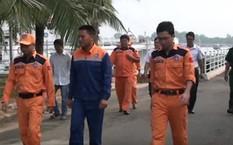 Thuyền viên Trần Văn Du (giữa) sau khi được đưa về bờ .