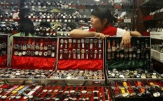 Một cửa hàng công khai bán đồng hồ giả nhãn hiệu lớn tại Bắc Kinh - Ảnh: Reuters