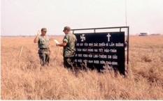 Một bức ảnh khác về vị trí ngôi mộ tập thể có nội dung tương tự nhưng mốc thời gian là Mùng Hai Tết Mậu Thân 1968