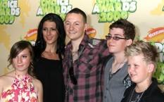 Tyler (phải) là một trong ba con của Chester và Talinda Bennington. Ca sĩ 41 tuổi có sáu con.