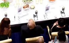 Ông Trump ngồi giữa Đệ nhất phu nhân Argentina và Đệ nhất phu nhân Nhật tại bữa tiệc tối 7/7 ở Hamburg, Đức. Ảnh: AFP.