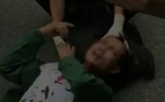 Huy được sơ cứu ngay trên đường trước khi vào viện.