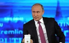 Tổng thống Vladimir Putin đối thoại trực tiếp với người dân Nga tại thủ đô Moscow vào ngày 15/6. Ảnh: Reuters.