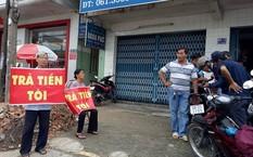Người dân đến trước văn phòng Qũy tín dụng nhân dân Thái Bình đòi tiền