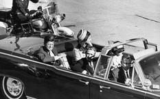 Tổng thống Kennedy (ngoài cùng bên trái) trước lúc bị ám sát. Ảnh: Blogspot.