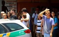 Nhiều người vây quanh trường Goyases để cập nhật thông tin vụ việc. Ảnh: Tân Hoa Xã