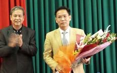 Ông Phan Tiến Diện (phải) trong ngày nhận quyết định bổ nhiệm phó giám đốc Sở TN&MT tỉnh Sơn La. Ảnh: Báo TN&MT
