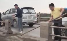 Các tài xế cố tình tháo dải phân cách để chuyển làn trên cầu Thanh Trì. Ảnh: Dân trí