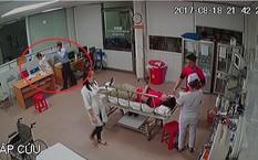 Người đàn ông tát nữ bác sỹ trong phòng cấp cứu (Ảnh chụp camera).