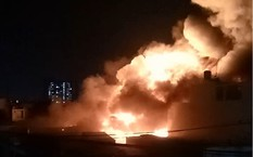 Biển lửa bao trùm xưởng mút ở quận Tân Phú trong nhiều giờ.