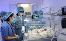 Bộ trưởng Bộ Y tế Nguyễn Thị Kim Tiến thăm bệnh nhi sơ sinh điều trị tại BV Sản - Nhi Bắc Ninh