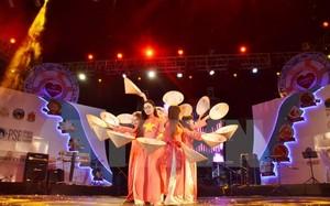 Tiết mục Múa của đoàn lưu học sinh Việt Nam tham gia tại lễ hội. (Ảnh: Phan Minh Hưng/TTXVN)