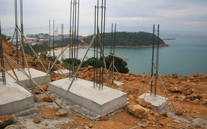 Bán đảo Sơn Trà bị cày xới để xây móng biệt thự trái phép. Ảnh: Cao Thái