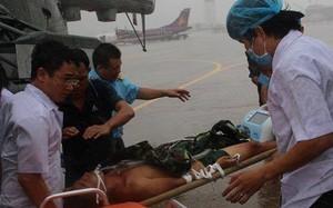 Các bác sĩ đưa anh Giang ra khỏi trực thăng lên xe cấp cứu để về bệnh viện. Ảnh: H.P