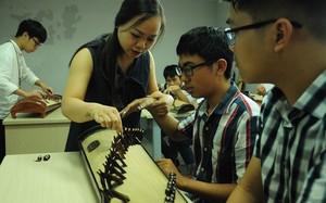 Các em học sinh trường chuyên Lê Hồng Phong, Nam Định được làm quen với bộ môn nghệ thuật đặc sắc đàn tranh