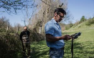 Ông Wilkelski ghi lại dữ liệu thu được từ gia súc tại trang trại ở Pieve Torina, Italy. (Nguồn: NYT)