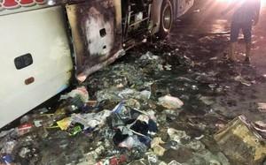 Nhiều hàng hóa, vật dụng dưới gầm xe bị lửa thiêu rụi