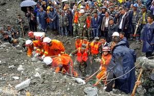Nhân viên cứu hộ nỗ lực tìm kiếm người mất tích trong vụ lở đất. (Nguồn: EPA/TTXVN)