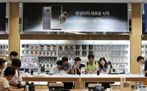 Thành công của mẫu smartphone Galaxy S8 mới đã mang lại doanh thu khổng lồ cho Samsung. (Nguồn: AP)