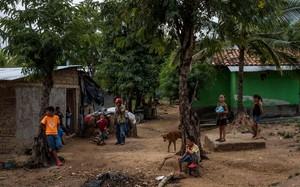 Do cuộc sống khó khăn, mỗi đợt mưa cá trút xuống được xem như lễ hội đối với người dân ở La Union, Honduras. (Nguồn: NYT)