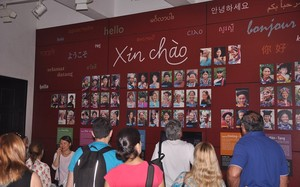 Nhiều khách Quốc tế đến thăm quan bảo tàng