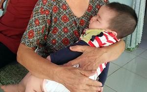 Bé trai đang được gia đình bà Tịnh chăm sóc. Ảnh: Văn Trăm