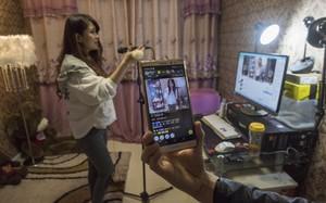 Những buổi diễn được livestream như thế này có thể mang về 1.000 USD tiền quà ảo. (Nguồn: AP)