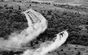 Mỹ rải chất độc da cam trong chiến tranh Việt Nam (Ảnh: New York Times)