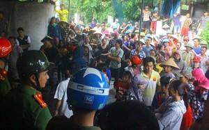 Dân làng bao vây ngôi nhà nơi người phụ nữ nghi bắt cóc trẻ em đang trú