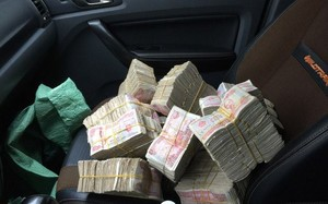 Nhiều tài xế chuẩn bị sẵn tiền lẻ trong xe để mua vé