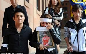 Gia đình và bạn bè của nạn nhân tại tòa nhà diễn ra phiên điều trần. Ảnh: Daily Mail