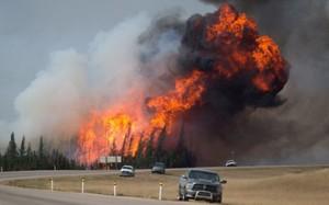 Cháy rừng lớn chưa từng thấy ở Canada, kéo dài hơn 1 tháng