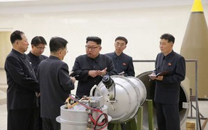 Nhà lãnh đạo Triều Tiên Kim Jong-un kiểm tra một thiết bị hạt nhân. Ảnh: KCNA.