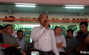 Ông Phạm Quốc Huy có mặt tại chợ An Đông vào sáng 19/9 để nói chuyện với tiểu thương.(Ảnh: Infonet)