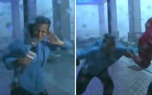 Cảnh tượng nữ phóng viên bất lực trước sức mạnh của cơn bão, bị gió thổi dạt người