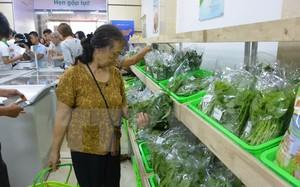 Cư dân chung cư Trung Hòa-Nhân Chính mua hàng tại siêu thị. (Ảnh: Nguyễn Cúc/TTXVN)