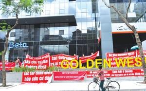 Những cư dân đang sinh sống tại chung cư Golden West số 2 Lê Văn Thiêm (quận Thanh Xuân) tập trung treo băng rôn trước sảnh phản đối chủ đầu tư