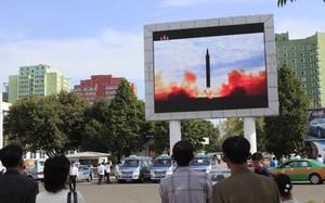 Người dân Triều Tiên theo dõi cảnh phóng tên lửa qua màn hình. Ảnh: AP