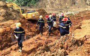 Lực lượng tìm kiếm cứu nạn đưa thi thể các nạn nhân ra khỏi hiện trường. (Ảnh: H.V/Vietnam+)