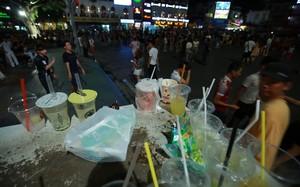 Rác vứt bừa bãi tại phố đi bộ (Ảnh internet)