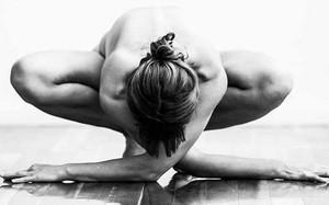 """Trút bỏ """"xiêm y"""" khi tập yoga liệu có tốt?"""