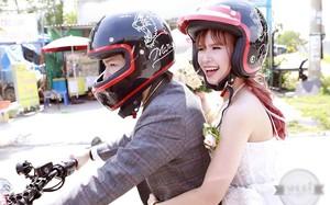 Khởi My thích thú ôm chặt ông xã từ phía sau trong màn rước dâu bằng moto