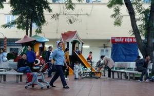Sân chơi cho trẻ em ở BV Nhi lúc nào cũng đông đúc