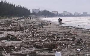 """Người dân địa phương """"lội"""" giữa bãi rác để đi dạo ven bãi biển"""