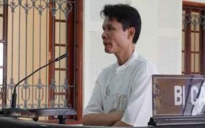Bị cáo Nguyễn Tất Thắng trước vành móng ngựa.
