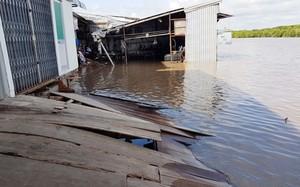 Nhiều căn nhà bị sạt lở một phần phía sau xuống sông. Ảnh: Phúc Hưng.