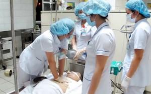 Nỗ lực hồi sức cấp cứu cho bệnh nhân bị tai biến chạy thận. Ảnh: N.P.