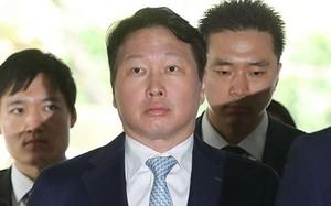 Ông Chey Tae-won xuất hiện tại toà hôm nay. Ảnh: AFP
