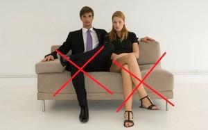 Ngồi quá lâu hoặc ngồi chéo chân gây tác động xấu tới xương khớp. Ảnh: Healthguide.