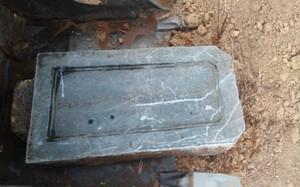 Tấm bia mộ của vợ vua Nhà Nguyễn được tìm thấy. Ảnh: Điền Quang.